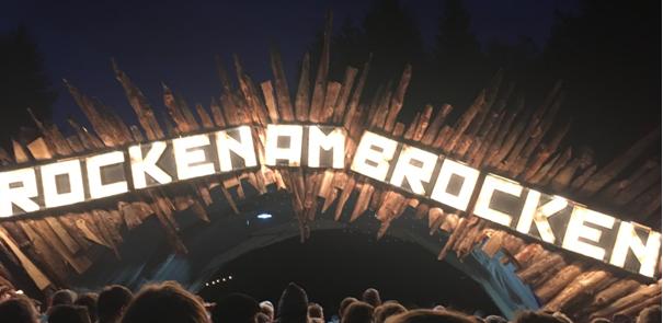 Eingang zum Festivalgelände bei Nacht (Foto: Thorsten Friedrich)
