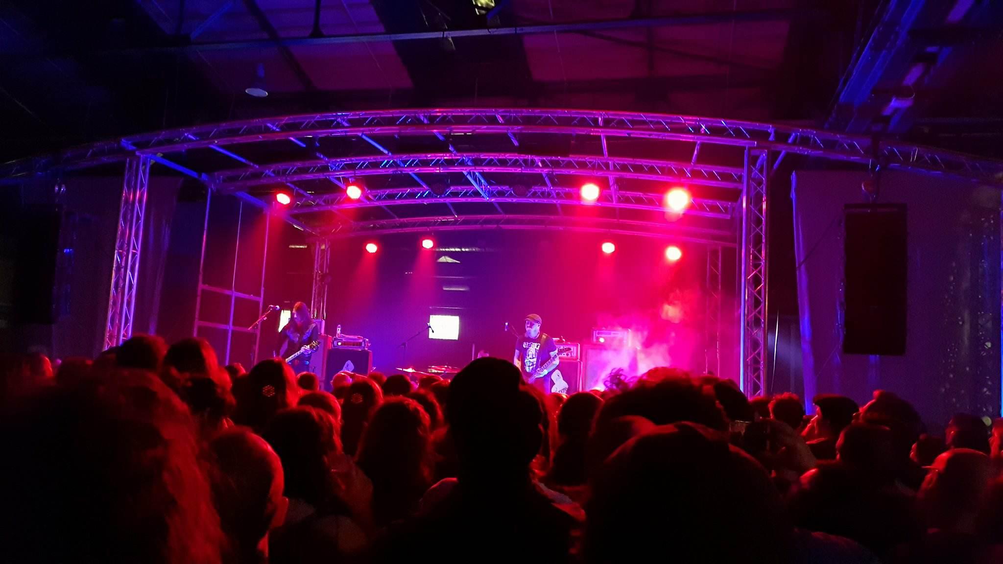 Drücken gewaltig: Die Stoner/Doom-Band Monolord auf der SideStage des Desertfest Berlin 2018 (Foto: Marius Soyke)