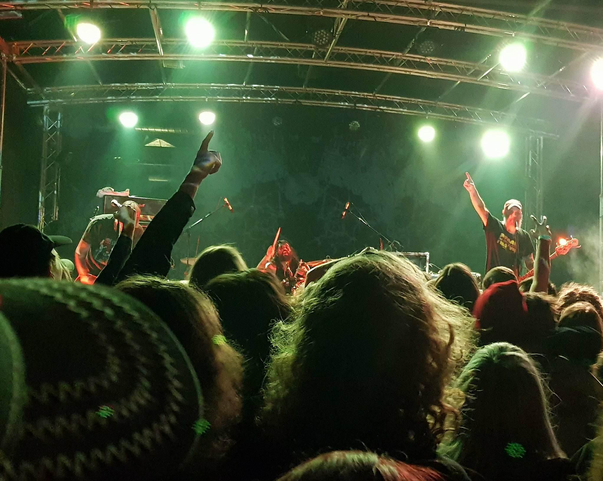 Abriss mit Ansage: Weedeater auf der SideStage beim Desertfest Berlin 2018 (Foto: Marius Soyke)